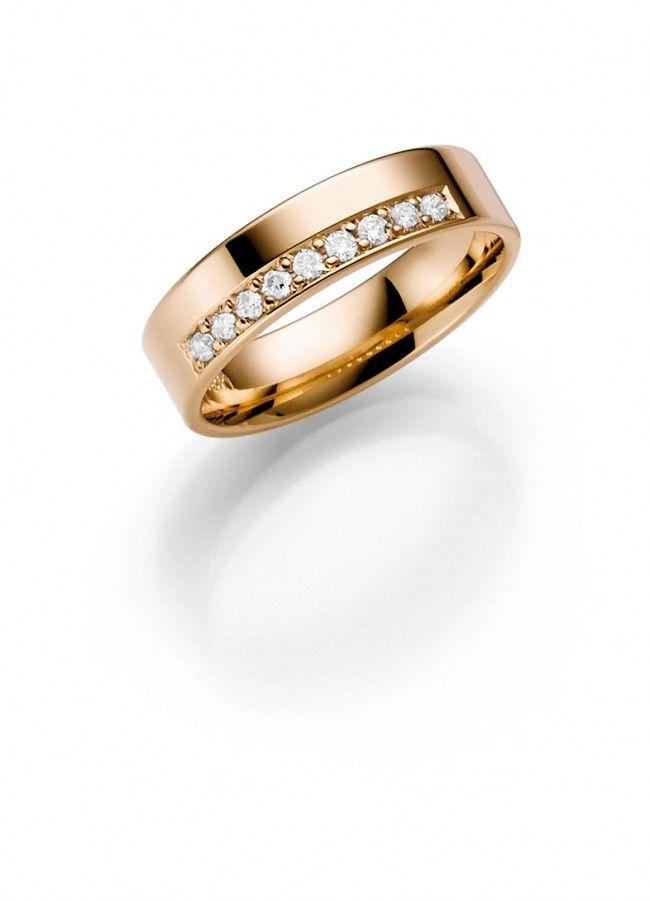 Schalins, Vega-timanttisormus, keltakultainen - Malmin Korupaja. Tyylikäs keltakultainen rivitimanttisormus on klassikko. Keltakultaista sormusta koristavat yhdeksän säihkyvää timanttia (yht. 0,18 ct). Tämän kauniin sormuksen rinnalle istuu monenlaiset sormukset. Perinteinen sormusmalli sopii hyvin jokapäiväiseen käyttöön. www.korupaja.fi