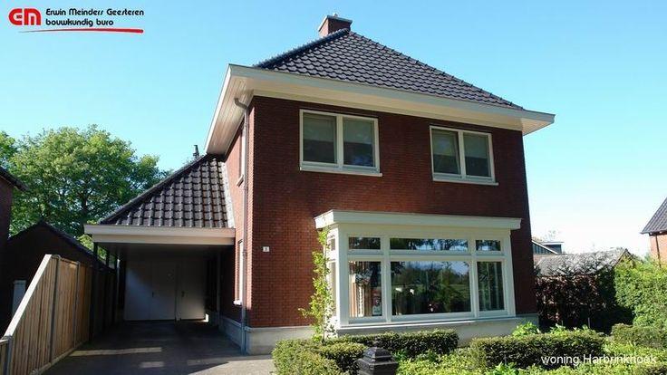 jaren 30 woning, steen donkerrood met zwarte dakpan. De woning heeft een mooie ruime erker aan de voorzijde.