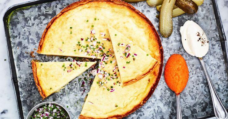En riktigt lyxig paj med löjrom och smetana, perfekt som förrätt eller till ett festligt mingel. Pajdegen är dessutom glutenfri så den passar alla!