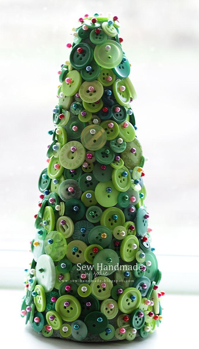 Un sapin de noël à réaliser avec des boutons verts de toutes les tailles. Idée à suivre: des boutons or ou rouge ??