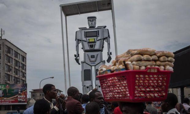 Se unen tres robots para dirigir el tráfico en Kinsasa a los dos que ya operaban desde 2013, tienen nombre y todo #Tamuke, #Mwaluke y #Kisanga | #TrafficLight #robot #police #Congo #cameras #traffic