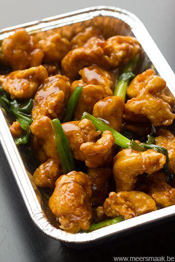 General Tso's kip is een gerecht datvooral populairwerd in Noord-Amerikaanse Chinese restaurants. Het gerecht werd vernoemd naar Generaal Tso Tsung-Tang. 1 kipfilet (ca.350g) 2 eieren zelfrijzende bloem 2 lente-uitjes 1 teentje look zout arachideolie Voor de saus: 150 ml kippenbouillon 35 g suiker 2 eetlepels witte wijnazijn 2 eetlepels hoisinsaus (Delhaize) 2 koffielepels geroosterde sesamolie …