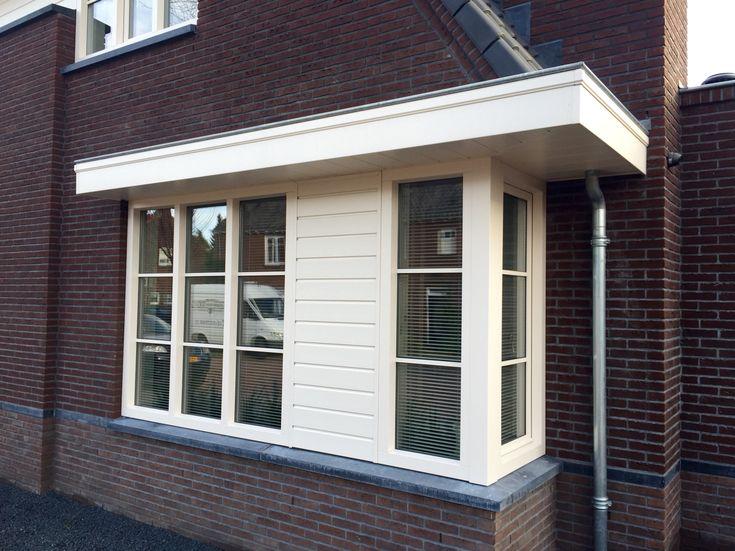 Erker uitbouw in jaren 30 stijl met HBI kunststof kozijnen en Keralit dakrand en gevelbekleding.  www.denkit.nl