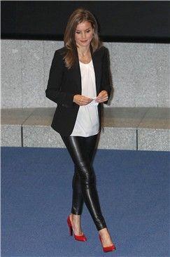 Letizia Ortiz sorprende con unos pantalones ajustados de cuero y tacones rojos | Galería de fotos | Mujerhoy.com