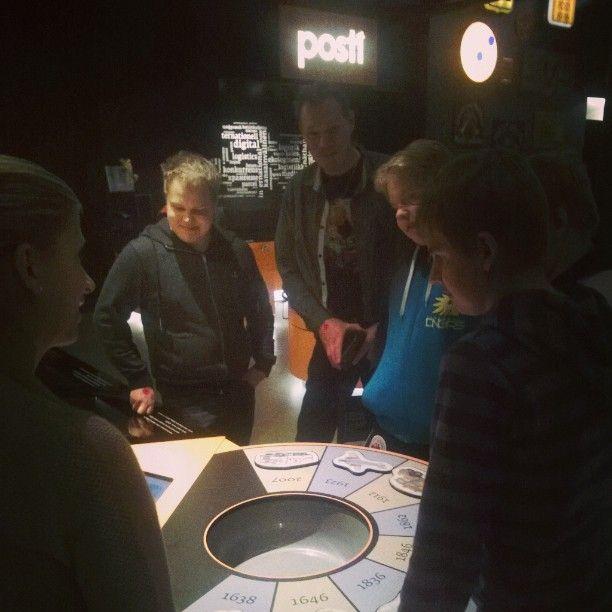 Pelissä voi testata tietouttaan postin kuljetuksen historiasta. Heinolan postimerkkikerho vierailulla. #postimuseo #Tampere