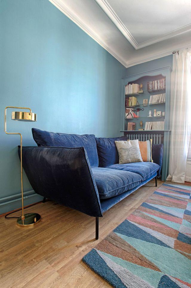 Canapé bleu chic dans un intérieur un brin rétro.