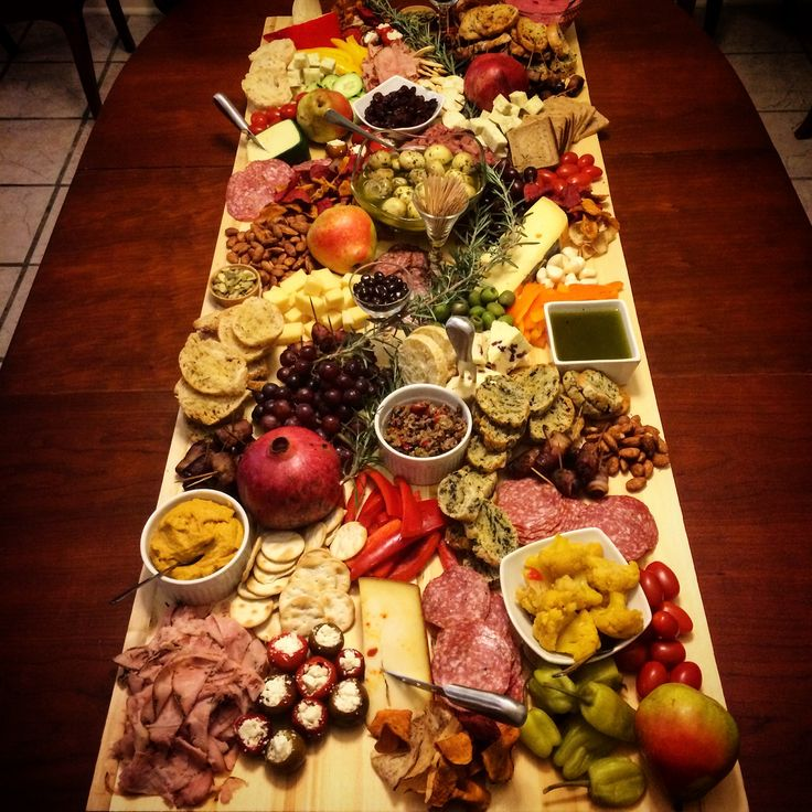 Love this giant antipasto platter / cheese board / grazing table / grazing board idea from Spring Creek Kitchen!