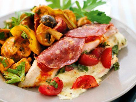 Ugnsbakad kycklingfilé fylld med buffelmozarella serveras med paprikamarinerade grönsaker. Receptet kommer från boken 6 kilo på 6 veckor.