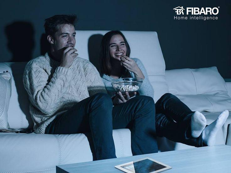 Gdy w czasie ulubionego filmu trzeba wyłączyć światło w sąsiednim pokoju, moduł Switch 2 staje się Twoim najlepszym przyjacielem. #FIBARO #smarthome #powermetering #tech