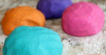 Egyszerű, egyedi, csillog-villog - így tudsz otthon csillámos gyurmát készíteni! #gyurma #diy