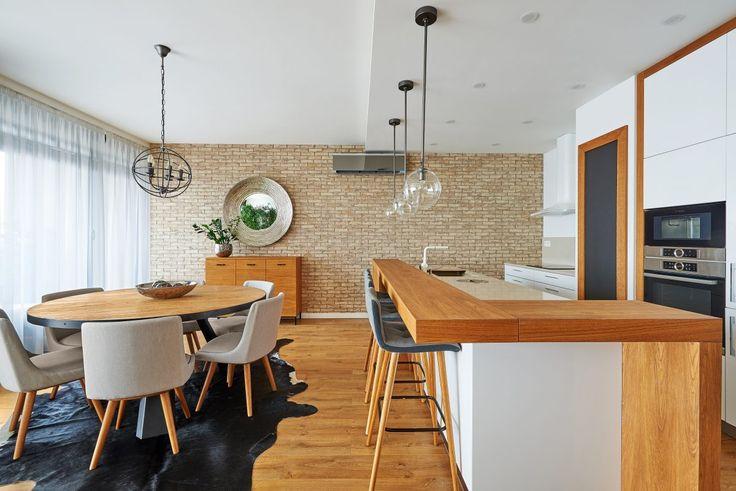 Byt na Kolibe - Bytový dizajn tehlový obklad, barový pult, barové stoličky, drevo a industrial