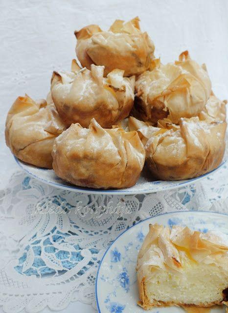 Aleda konyhája: Vargabéles muffin - Hozzávalók 20 db. hoz: 5 réteslap, 12,5 dkg cérnametélt, 35 dkg tehéntúró, 12 dkg cukor, 8 dkg vaj, 3 tojás, 2 dl tejföl, 1 /2 vanília rúd magjai, 1 /2 citrom héja, , só ; a tálaláshoz: porcukor