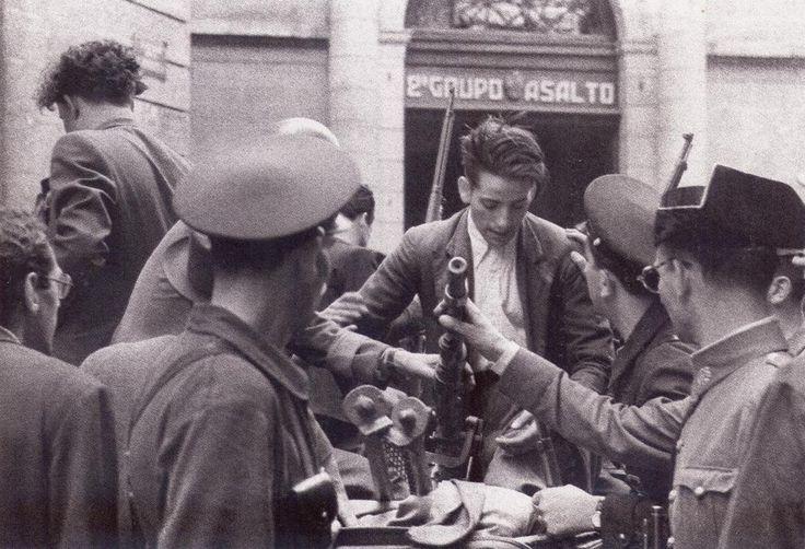 Reparto de armas a los voluntarios de un cuartel de la guardia de asalto.21 julio 1936.
