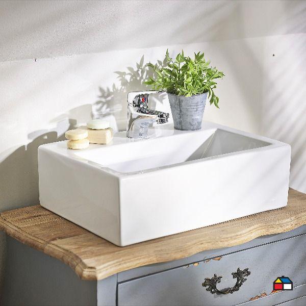 Siempre tenemos en casa algún mueble que ya no usamos o necesita ser reparado. Antes de tirarlo, ¿Por qué no destinarlo cómo mueble de baño? Pintalo del tono que más te guste o barnizá la madera. Lográ ese acabado vintage lijando suavemente algunas zonas para dejar al descubierto la madera original. Sumá unos lindos tiradores e incorporá una bacha y grifería para completar el proyecto. ¡Personalizá tu baño y lucí un espacio de revista! Encontrá todo en nuestros locales y en Sodimac.com.ar  Bath Caddy, Sink, Home Decor, Drawer Pulls, Bathroom Furniture, Interior Design, Space, Trends, Wood