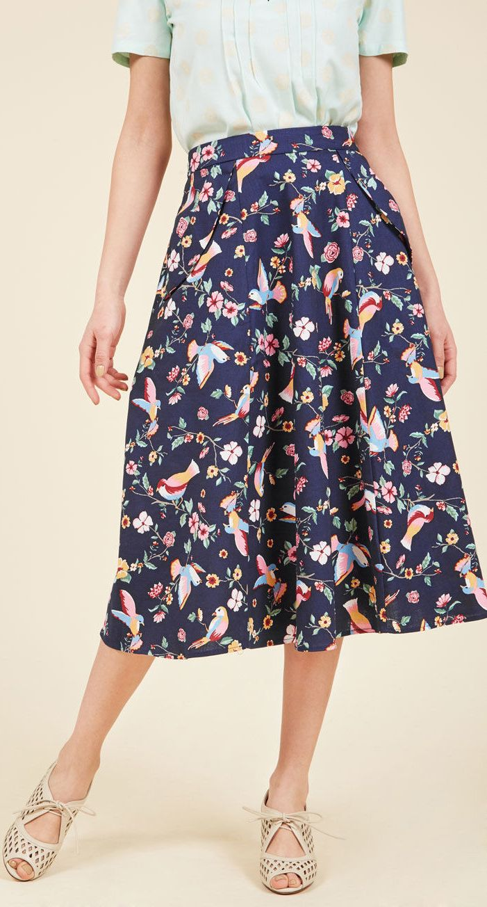 Beautiful floral/botanical print on this midi skirt!