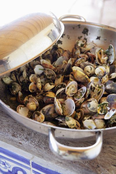 Recette Palourdes farcies : 1/ Laver les palourdes avec eau et gros sel. 2/ Ouvrir les palourdes en glissant une lame de couteau entre les deux coquilles. Ôter la partie noire. Faire un beurre d'escargot avec le beurre, ail, persil, sel, poivre. 3/ Garnir chaque demi palourde avec le beurre et les ...