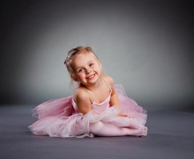W rytmach muzyki dziecięcej, maluchy poznają pierwsze ćwiczenia kształtujące poprawną sylwetkę i wyrabiające koordynację ruchową, a także rozwijające pamięć ruchowo-taneczną.