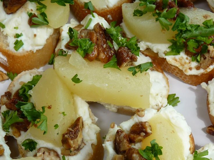 Fantastic Family Favorites: Gorgonzola Pear Toasts