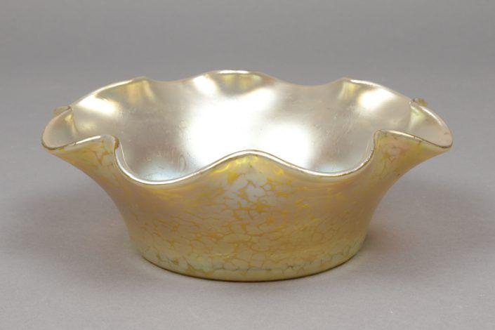 Schale, gelbliches, lüstrierendes Glas, wohl Loetz, um 1900