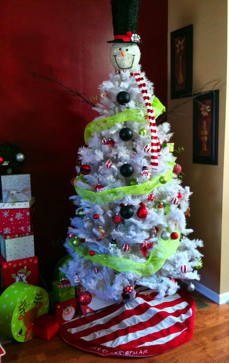 How to make a snowman christmas tree topper - Simple Frosty Christmas Tree We Found This Great Snowman Head With Top Hat At Cracker Barrel With Snowman Tree Topper