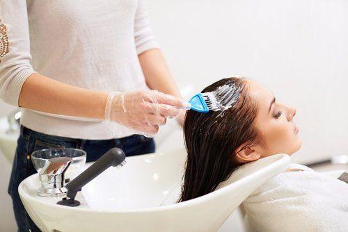 du dentifrice pour empêcher la teinture de tâcher le visage