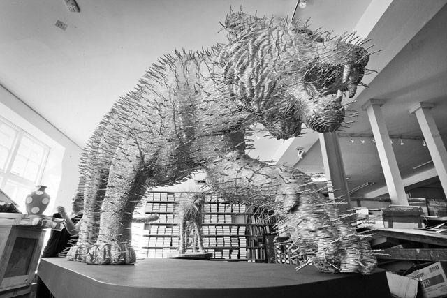 Felinos hechos de Alambre    El artista escocés David Mach utiliza objetos sin pretensiones para sus esculturas, como revistas, cabezas de serillos, e incluso alambre para construir grandes iconos de la cultura pop, animales y figuras religiosas. Sus últimas obras son un par de felinos el guepardo y el tigre construido usando cientos de capas de alambre recortadas.