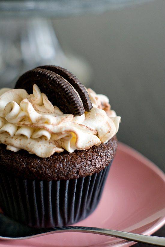 Une idée délicieuse made in USA… Des cupcakes aux Oreo® pour les fans du genre! Késako les Oreo® ? Des petits biscuits noirs avec un cœur tout blanc. Délicieux dégustés seuls avec un grand v…