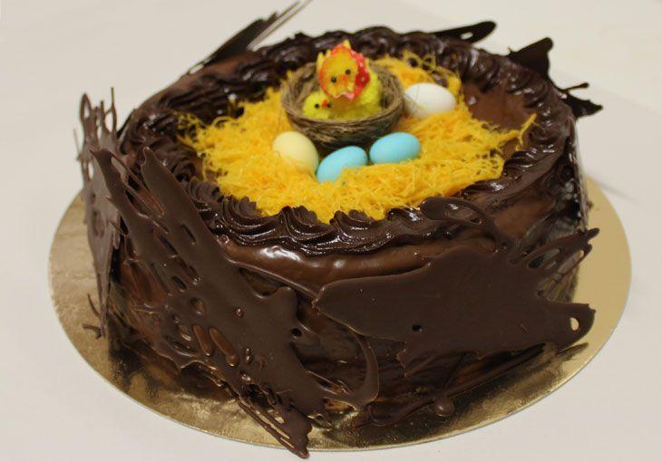 Doce tradicional da Páscoa. Pão de ló coberto com chocolate, fios de ovos e amêndoas.
