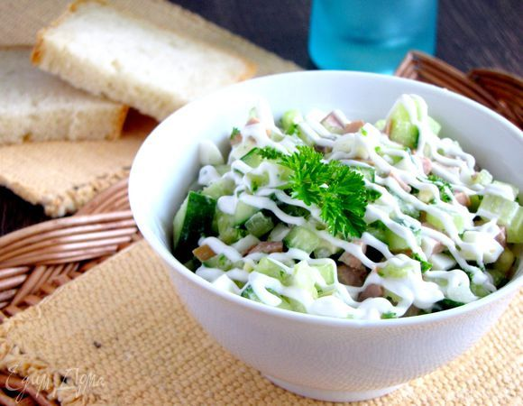 Сегодня я к вам с простым, но очень вкусным салатиком. Делаю его в двух вариантах - с картофелем и без. Честно говоря, с картошкой мне нравится больше, но так более калорийно. Поэтому выбирайте сам...