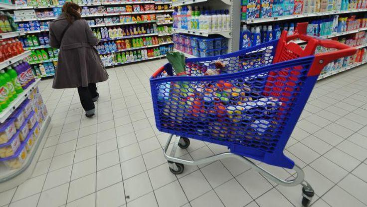 """Le film """"Discount"""", en salle ce mercredi 21 janvier, pointe du doigt les méthodes de management du hard-discount. Une équipe de France 3 a montré le film aux salariés d'un supermarché à bas coût."""
