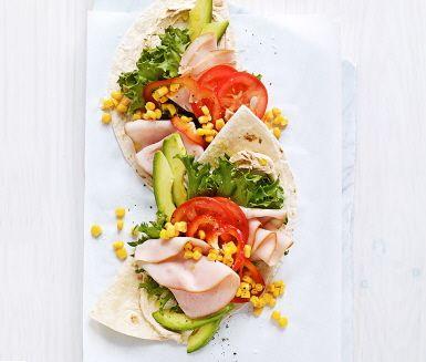 Denna enkla och snabba wrap kan proppas full med nyttigheter samtidigt som den flirtar med barnens smaklökar. Säg det barn som tackar nej till något som doftar tacos. Blanda de grönsaker som ditt barn gillar bäst tillsammans med kyckling och cream cheese och wrappen blir troligtvis en ny favorit i ditt hem.
