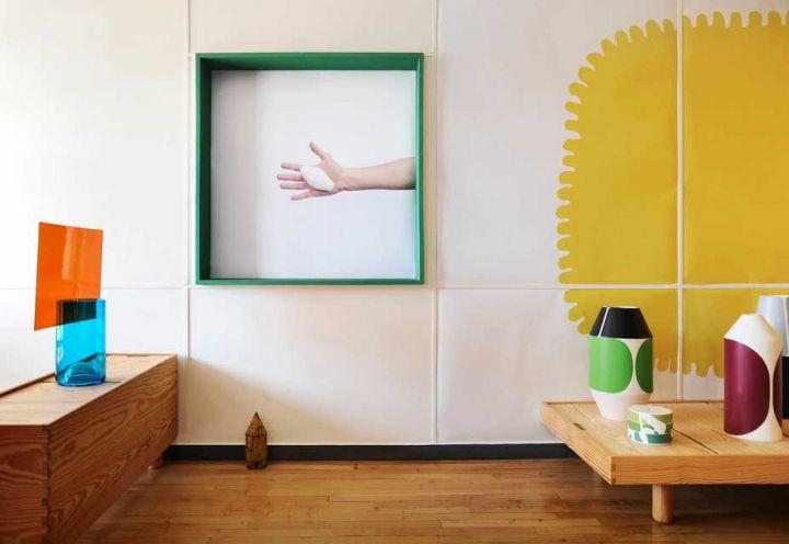 I rivestimenti semplici della casa fanno da perfetta cornice per i colori vibranti dei pezzi realizzati da Charpin