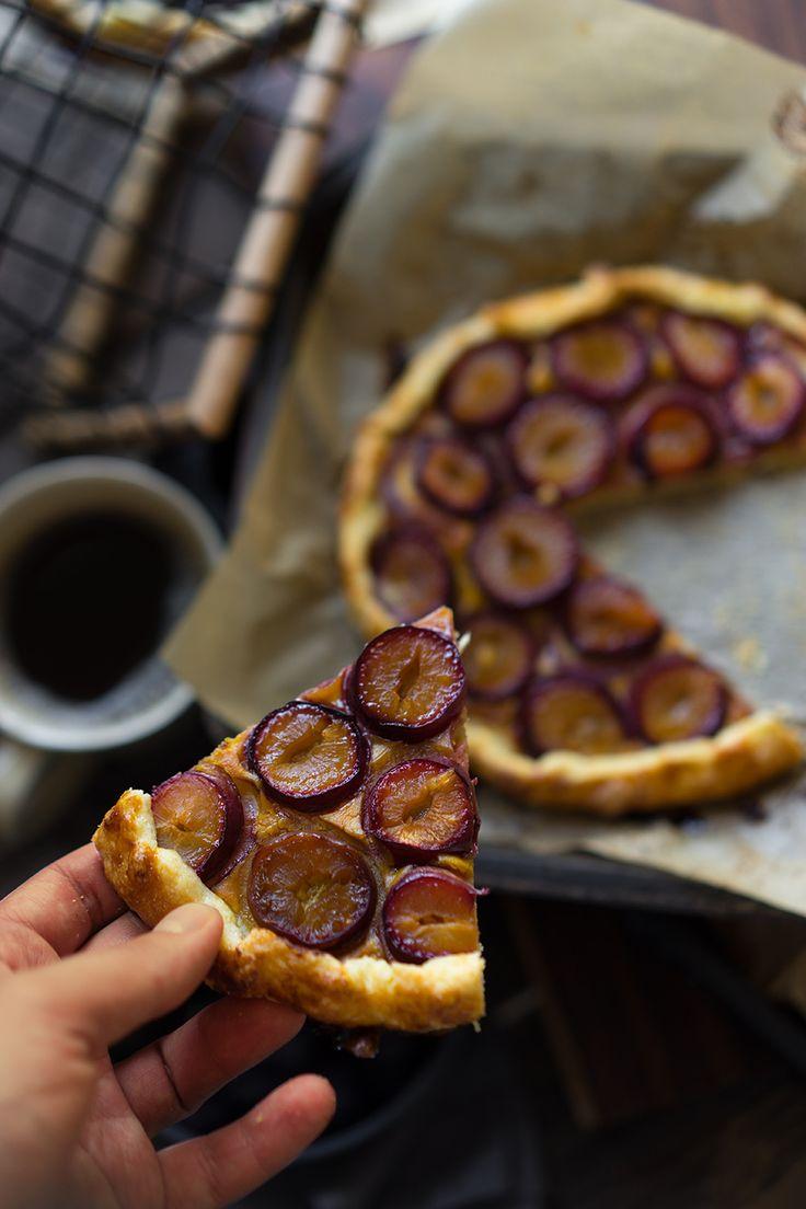 Осенняя галета со сливами и ореховой пастой