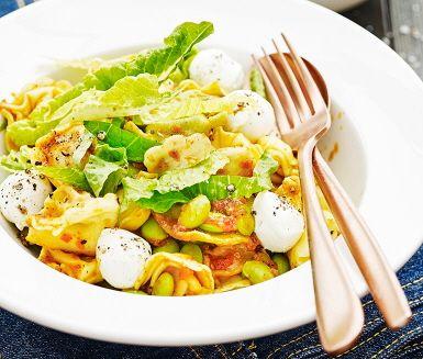 En simpel pasta räddar vardagen! I det här receptet serveras fylld pasta med smak av ricotta, soltorkad tomat och spenat. Pasta blandas med sojabönor och tomatpesto till en smarrig blandning. En perfekt vardagsrätt där läcker mozzarella och krispig sallad serveras som tillbehör.