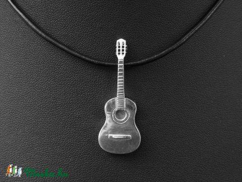 Akkusztikus gitár medál (varabin) - Meska.hu