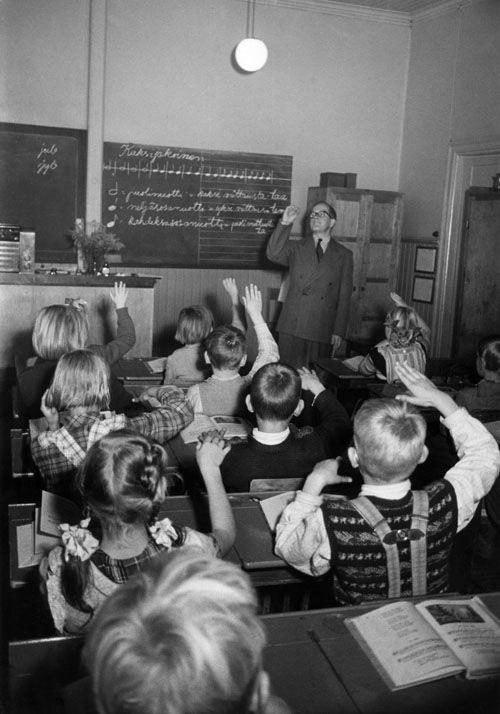 Lapsia musiikintunnilla vuonna 1952. Kuva: Helsingin kaupunginmuseo