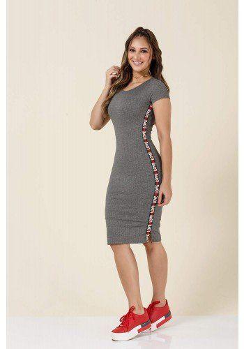048823c32b0 modelo cabelo castanho vestido cinza detalhe escrito lateral tatamartello
