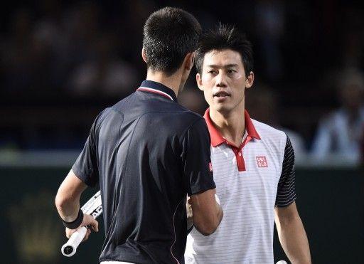 男子テニス、パリ・マスターズ(BNP Paribas Masters 2014)シングルス準決勝。試合後、ノバク・ジョコビッチ(Novak Djokovic、手前)と握手を交わす錦織圭(Kei Nishikori、2014年11月1日撮影)。(c)AFP=時事/AFPBB News