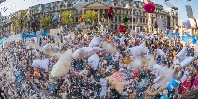 Pillow fight Bucharest 2016 – Piata Universitatii (POZE) - Luchian Comsa
