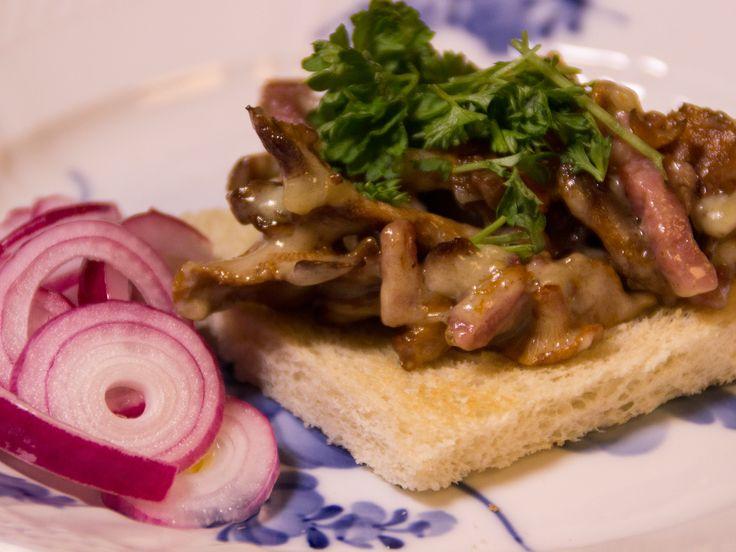 Toast med gula kantareller och bacon samt picklad rödlök | Recept.nu