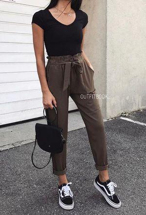 Sie trägt weißen Stradivarius-Schmuck schwarze Taschen der Marke Forever21 sch… – sumxyyx