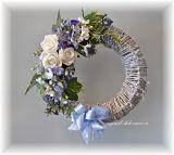 Věnec na dveře, proutí, bílá patina - bílé růže, modré květy