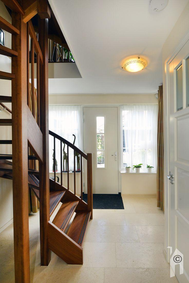 Vaste trap naar de verdiepingen