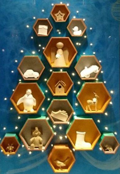 Wij hebben een kerstboom helemaal zelf gemaakt! Wil je er ook eentje maken? Kom dan snel naar Hobbyshop Woerden - #kerstman #kerstboom #kerst #kinderen #alternatief #vakjes #handig #lucht #lichtjes #stoer #hout #alleskanerin #engel #etalage #hobbyshopwoerden #hobbyshop #woerden - Hobbyshop Woerden  0348 430 411  http://www.hobbyshopwoerden.nl http://www.facebook.com/hobbyshopwoerden