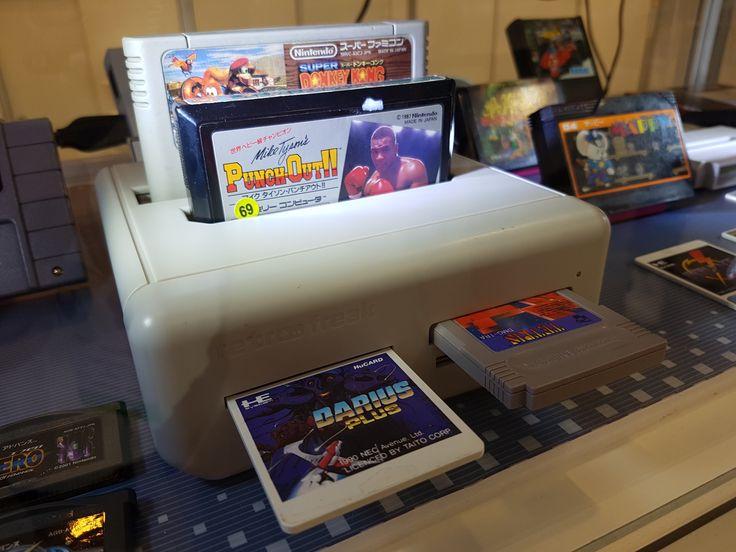 Retro Freak, la consola retro definitivaCreada por la compañía Cyber Gadget, Retro Freak es una consola equipada con ranuras compatibles para cartuchos de NES, Famicom, SNES (Pal y NTSC), Super Famicom, Sega Genesis, Megadrive (PAL y NTSC), PC Engine, TurboGrafx-16, PC Engine Super Grafx, Game Boy, Game Boy Advance y Game Boy Color.Cuenta con conexión HDMI y escalado de imagen a 720p,