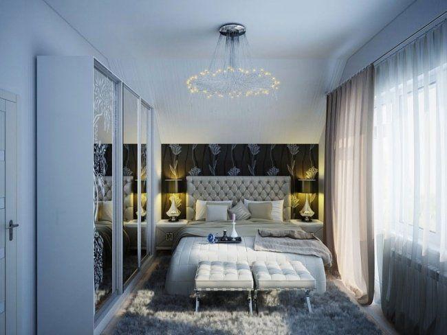 chambre à coucher luxueuse avec une armoire dressing moderne avec porte miroir, tête de lit capitonnée et papier peint sombre
