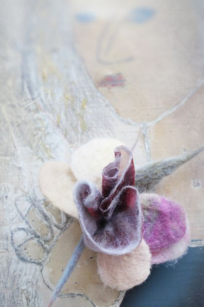 Броши ручной работы. Ярмарка Мастеров - ручная работа Брошь из войлока и органзы Розовый бутон. Handmade.