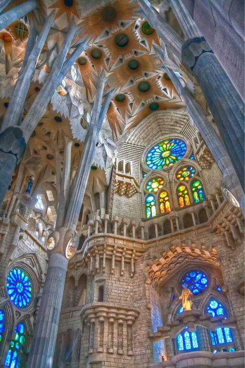 SAGRADA FAMILIA - EL INTERIOR           Es una gran basílica católica de Barcelona , todavía está en construcción. En el interior, Gaudí respetó la planta de cruz latina de cinco naves y los elementos ojivales del anterior arquitecto. Los elementos góticos anteriores los transformó y los combinó para darle un nuevo estilo. En la nave central levantó una cúpula de 170 metros. Hasta su muerte, sólo se había edificado la cripta, el muro del ábside y la puerta del Nacimiento.