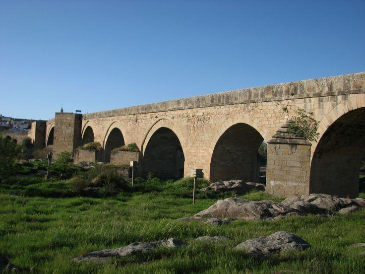 Otra imagen del puente mandado construir por el Azobispo de Toledo Pedro Tenorio (s. XIV), quien también hizo construir el puente sobre el mismo río Tajo en la propia Toledo.