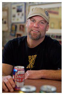 Dale Katechis ha evolucionado el sector des de la micro cerveceria Oskar Blues Fue el primero en envasar en lata una cerveza artesana, en Oregon (USA) en noviembre del 2002.